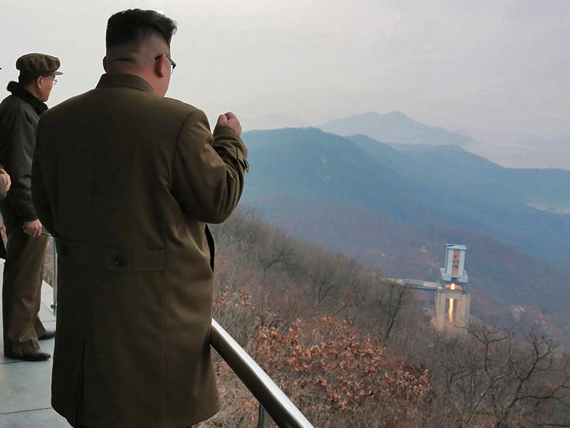 В Кремле призвалb всех проявлять сдержанность, имея в виду прежде всего Северную Корею, намеревающуюся провести шестые ядерные испытания, и США, собирающиеся ответить на них превентивным ударом
