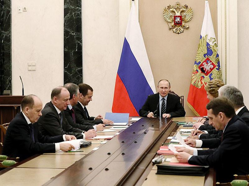 Президент Владимир Путин в пятницу, 21 апреля, провел оперативное совещание с постоянными членами Совета Безопасности. На заседании участники встречи осудили нападение на полицейских, произошедшее 20 апреля в Париже, и выразили соболезнования французскому народу