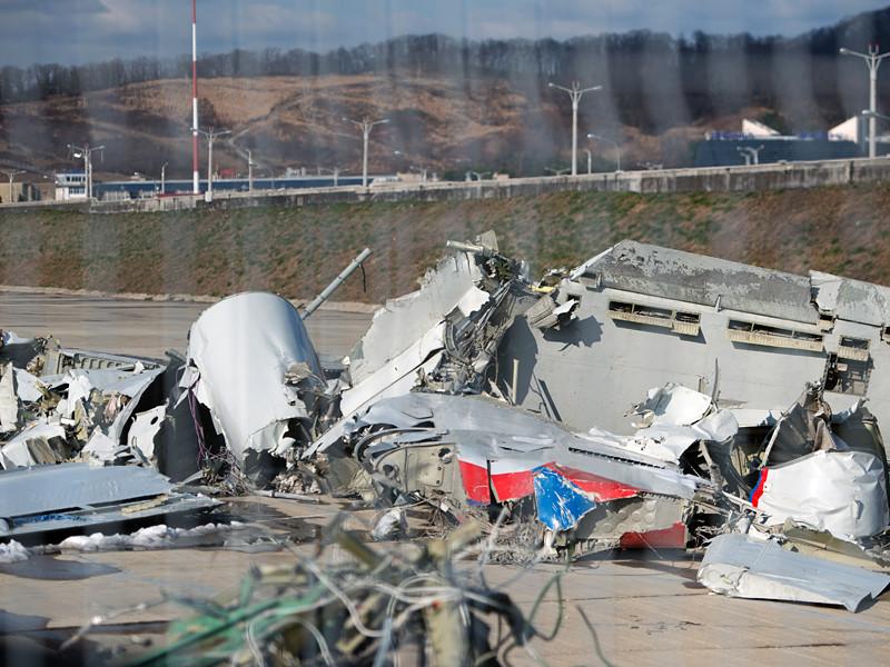 Причиной крушения под Сочи военного самолета Ту-154, летевшего в Сирию, расследующие катастрофу специалисты на основе изучения бортовых самописцев назвали перегрузку воздушного судна более чем на 10 тонн, и неосведомленность о ней командира и экипажа