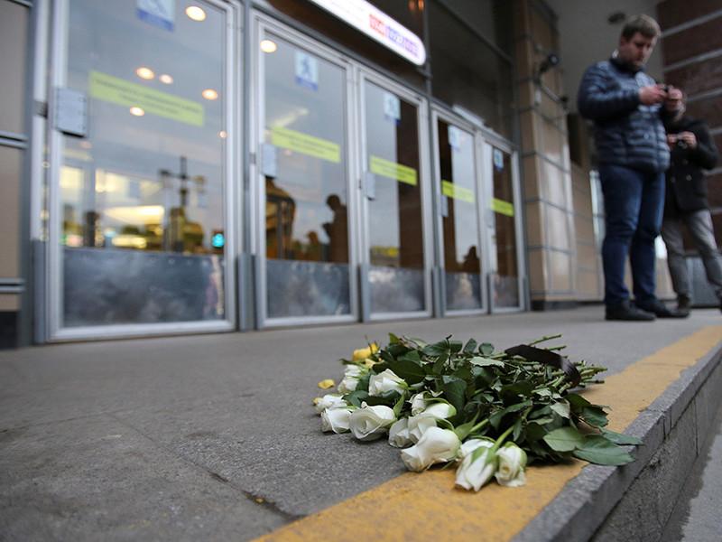 """В Санкт-Петербурге, в свою очередь, местные жители собрались у вестибюля станции метрополитена """"Сенная площадь"""", чтобы полчаса возложить цветы и почтить память жертв взрыва"""