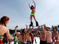 На сибирском конкурсе сноубордисты прыгали в бассейн в костюмах божьей коровки и спецназовца, но выиграл ангел в огне (ВИДЕО)