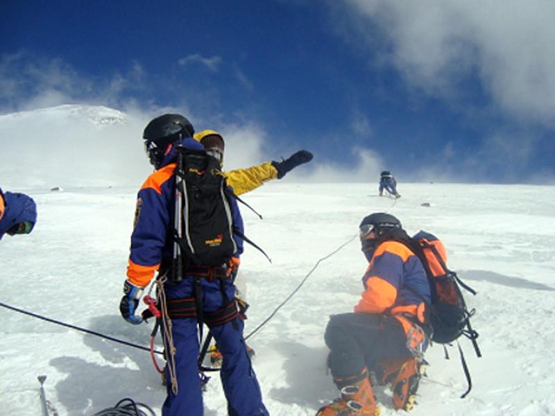 """""""Это была российская группа туристов из четырех человек, двое из которых даже после случившегося продолжили восхождение"""", - рассказал Гулиев. Он отметил, что погибшие были опытными гидами и часто сопровождали альпинистов на Эльбрусе"""