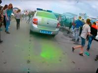 СК начал проверку фестиваля Холи в Челябинске, на котором подростки забросали красками полицейскую машину