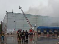 Пожар на подмосковном складе площадью 2700 кв. м тушат с вертолета