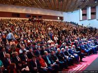 """17-й съезд КПРФ начал работу в Москве в субботу. На сайте Кремля к его началу обнародовали приветствие Владимира Путина. Тот отметил верность коммунистов своим идеалам и похвалил их """"взвешенный, деловой подход"""" в дискуссиях о решении проблем"""