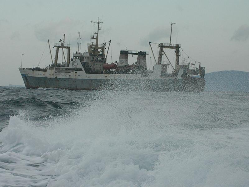 В Охотском море у берегов Камчатки загорелся траулер