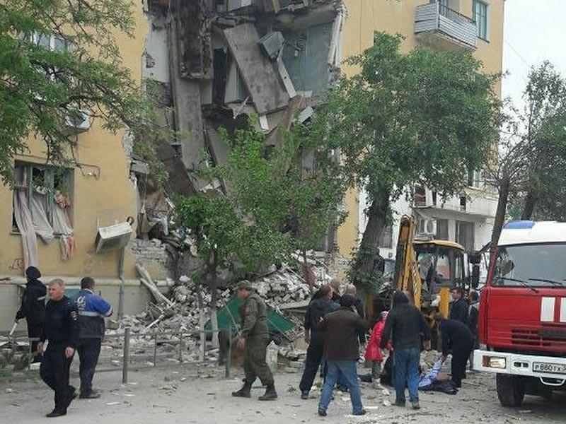 Под завалами частично обрушившегося дома в Волгограде могут находится еще двое погибших. Об этом на месте происшествия заявил руководитель Южного регионального центра МЧС России Игорь Одер