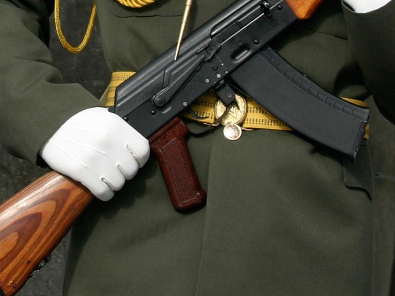 Ковдорские подростки из почетного караула в День Победы показали средний палец на фоне памятного мемориала