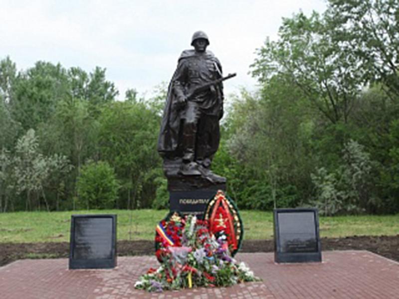 В Ростове-на-Дону по окончании растянувшихся майских праздников заметили опечатку в надписи на недавно установленном памятнике Советскому солдату в Кумженской роще города