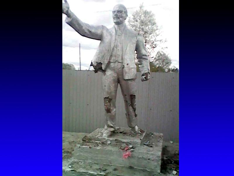 Амурские школьники в День пионерии по политическим мотивам битами изуродовали памятник Ленину