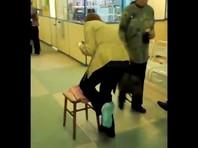 В новосибирской поликлинике женщина с ногой и рукой в гипсе передвигалась на табурете (ВИДЕО)