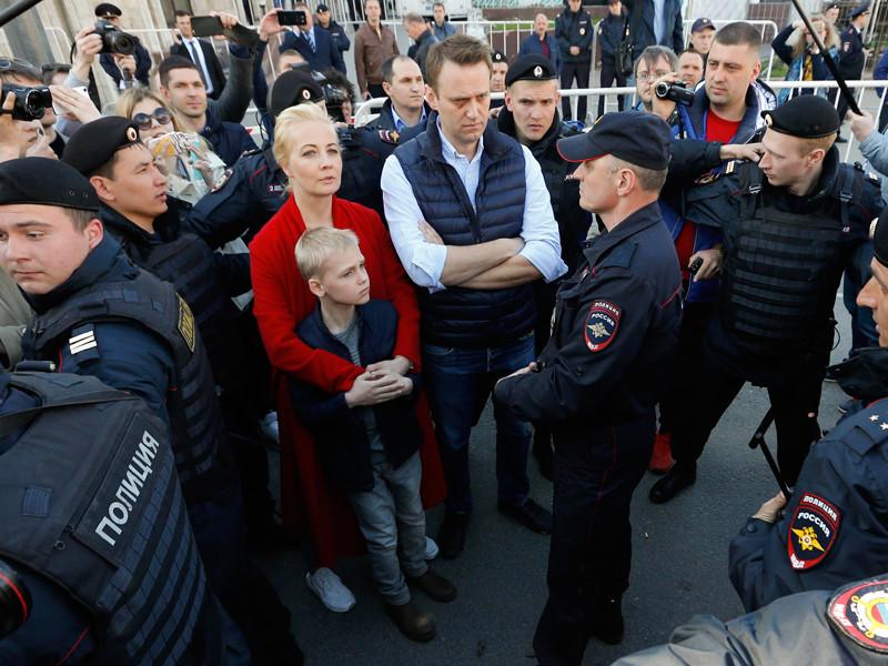 Оппозиционер Алексей Навальный объяснил, почему сотрудники ОМОНа вывели его вместе с женой и сыном с митинга против реновации