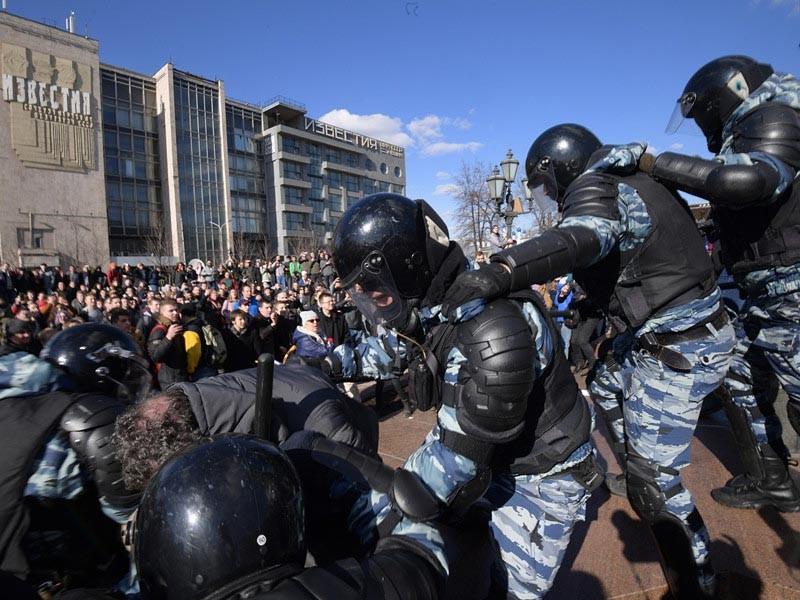 """СК насчитал более семи пострадавших полицейских на митинге """"Он нам не Димон"""" в Москве"""