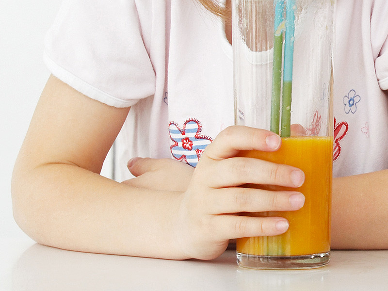 В городе Буденновске Ставропольского края четырехлетняя девочка получила химический ожог, выпив купленный в магазине сок, этой историей занялись следователи, сообщается на сайте краевого СУ СК РФ