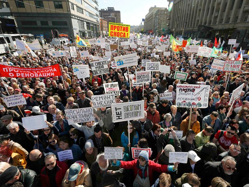 Днем в воскресенье, 14 мая, в центре Москвы на проспекте Академика Сахарова собрались тысячи москвичей, выступающие против продвигаемой мэрией программы реновации
