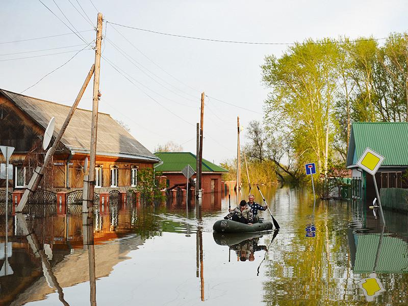 В трех регионах России сохраняется режим чрезвычайной ситуации из-за паводка. В Тюменской области он распространился уже на пять районов. В одном из них по состоянию на пятницу, 19 мая, уровень воды в реке Ишим продолжает расти
