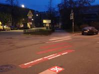"""""""Исчезают полосы - исчезают люди"""": петербургские активисты выкрасили в красный стершиеся зебры"""
