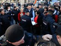 По словам политика, его вывели по желобе одного из организаторов - журналистки Екатерины Винокуровой