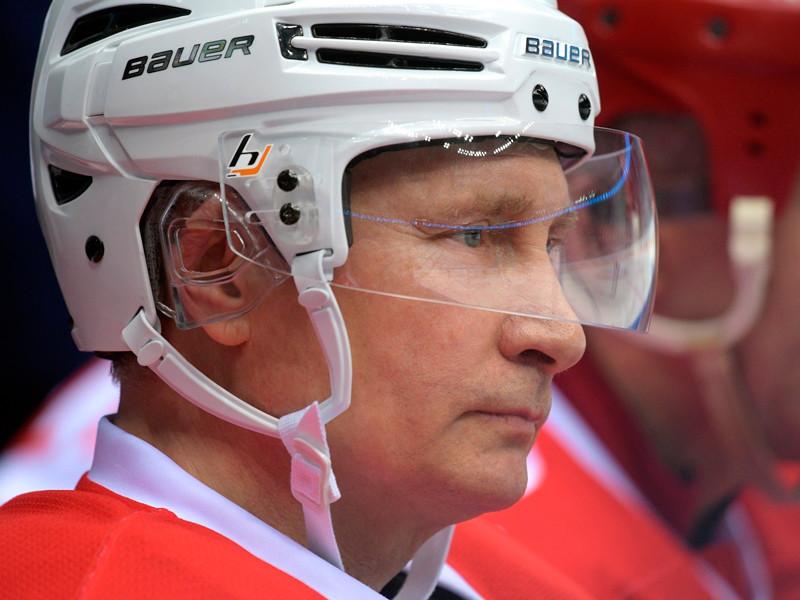 Увольнение американского чиновника Путин прокомментировал перед участием в матче Ночной хоккейной лиги, в котором его команда одержала победу со счетом 17:6, а сам президент забросил семь шайб