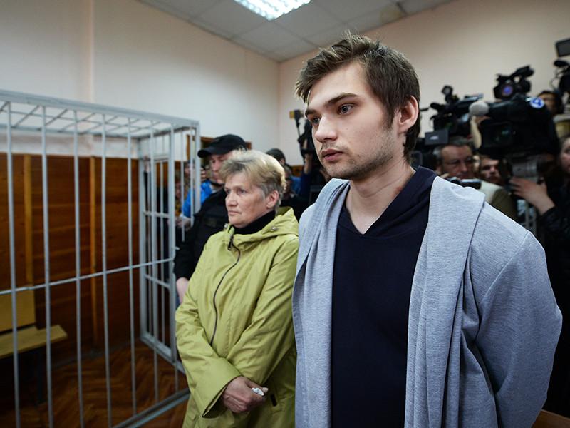В суде собрались десятки журналистов и блогеров. Пришла поддержать сына и мать Руслана Соколовского Елена Чингина