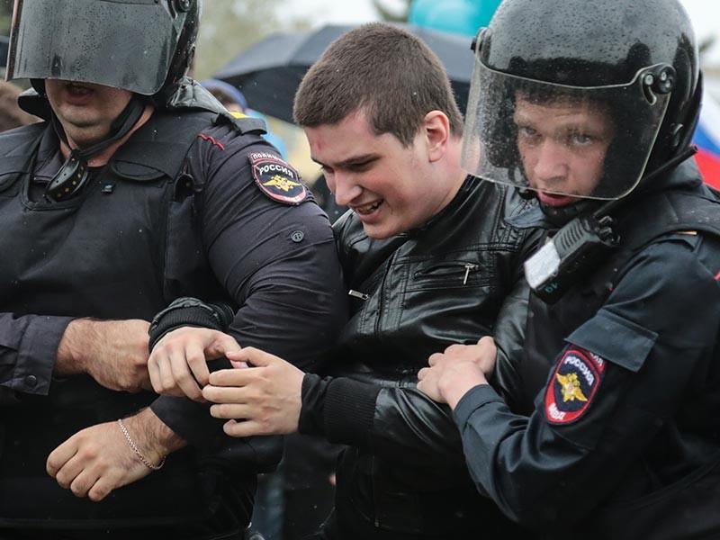 """В Росгвардии назвали """"не соответствующими действительности"""" сообщения о неправомерно жестких действиях сотрудников ОМОН при задержаниях в ходе несанкционированной акции протеста против коррупции в центре Москвы 12 июня"""