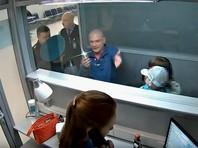 """""""Мышь позорная"""": буйный пассажир сломал рамку металлодетектора в аэропорту Новосибирска, прорываясь на рейс в Анталью (ВИДЕО)"""