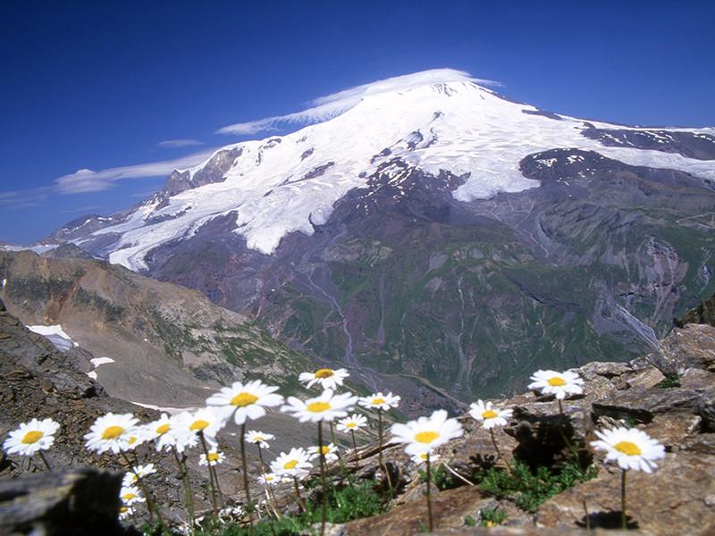 При восхождении на Эльбрус в Кабардино-Балкарии пропал альпинист из США, на его поиски отрядили восьмерых спасателей