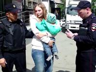 В Екатеринбурге полицейские затолкали в автозак женщину с грудным ребенком - по их версии, за незаконную торговлю, по версии задержанной - ни за что