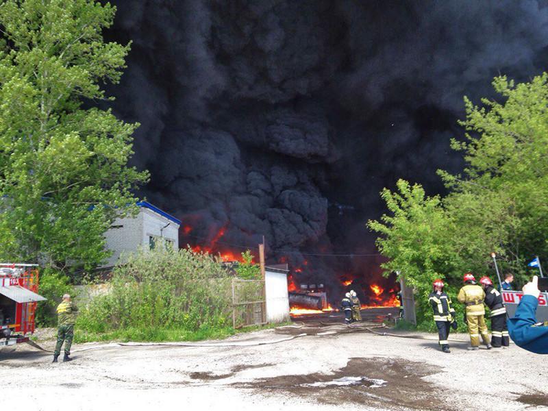 В Ярославле утром в пятницу, 9 июня, загорелся топливный склад на Промышленном проезде. Из-за возгорания на месте ЧП начали взрываться бочки с топливом, над городом поднялся огромный столб черного дыма
