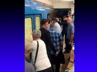 В метро Новосибирска пассажиры помогли подтолкнуть сломавшийся поезд (ФОТО)