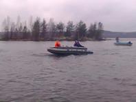 На озере в Карелии перевернулась лодка с подростками