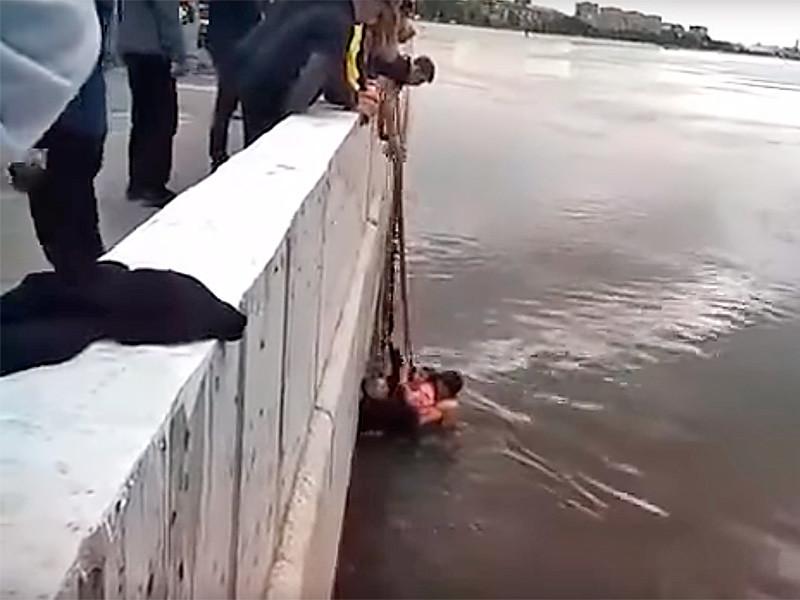 В Омске подросток помог спасти двух маленьких сестер, упавших в половодный Иртыш