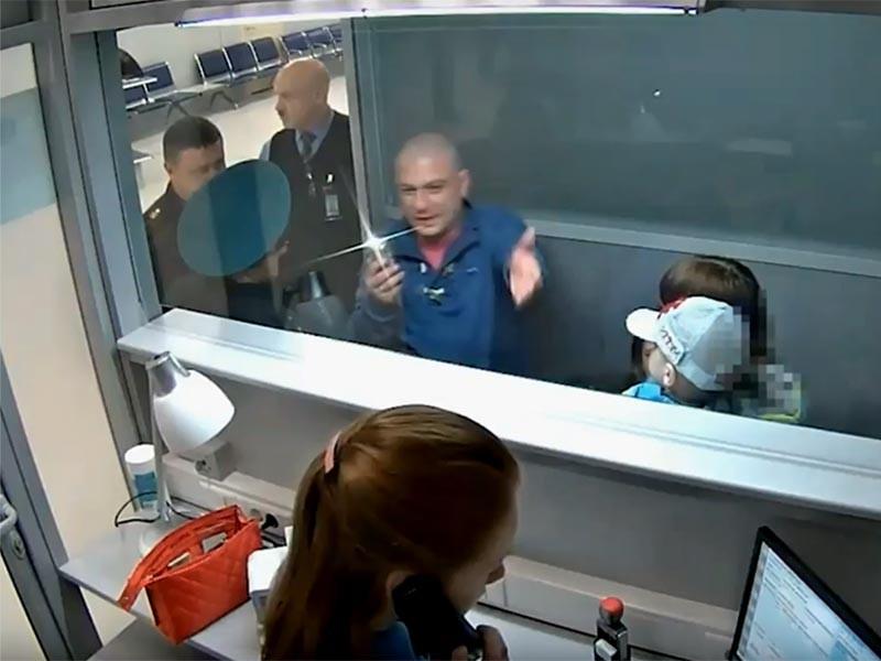 35-летний житель Новосибирска неадекватно повел себя в зоне пограничного контроля, нецензурно оскорблял других авиапассажиров и пограничников, размахивал руками, пытался прорваться через турникет и сломал стационарную рамку металлоискателя в пункте досмотра таможенного поста