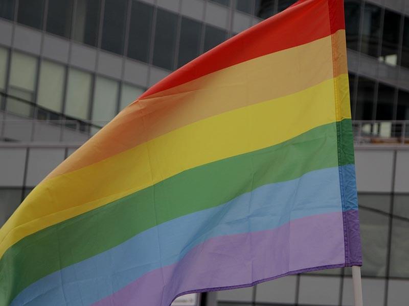 Агентство Reuters сообщило о новых подробностях задержаний и пыток гомосексуалистов в Чеченской республике. Журналистам удалось пообщаться с двумя местными жителями, уже покинувшими территорию кавказского региона из-за соображений безопасности