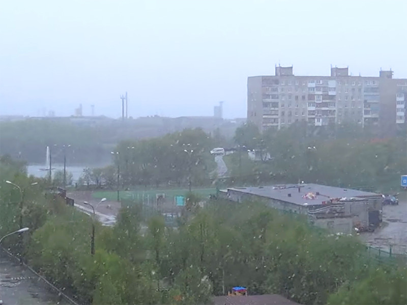 """В Мурманской области, как сообщает РИА """"Новости"""" со ссылкой на региональное подразделение гидрометцентра, температура воздуха опустилась до +1 градуса. Снег продолжает идти второй день"""