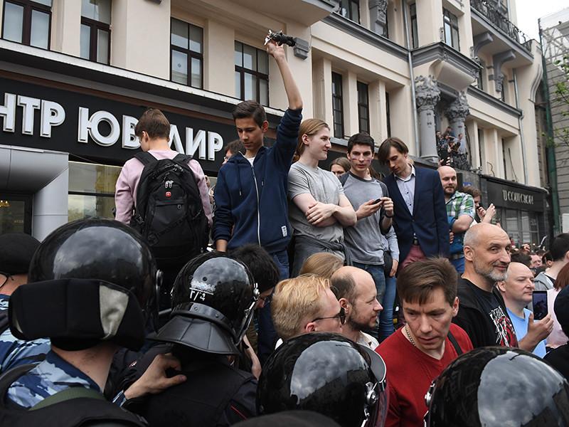 Глава департамента региональной безопасности Москвы Владимир Черников объявил о том, что сотрудники правоохранительных органов задержали 136 несовершеннолетних во время несанкционированной акции протеста на Тверской улице 12 июня