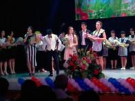 Золотая медалистка средней общеобразовательной школы N1 Тахтамукайского района Республики Адыгея на вручении медалей со сцены заявила, что другая медалистка, также стоявшая на сцене, ни разу за год не отвечала на уроках ни по одному предмету, но все равно получила медаль