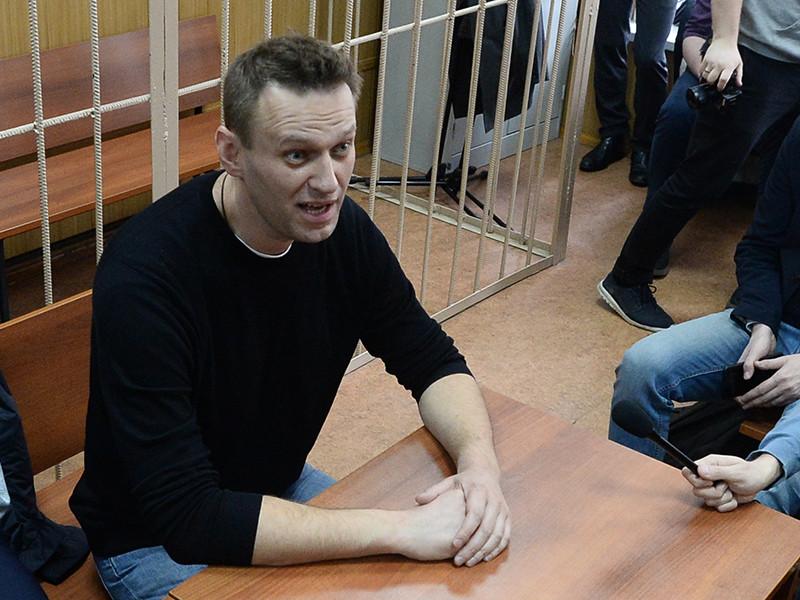 Около 19:30 в понедельник оппозиционера Алексея Навального доставили из ОМВД по Даниловскому району в Симоновский райсуд. Около 23:30 судья удалилась в совещательную комнату для вынесения приговора политику