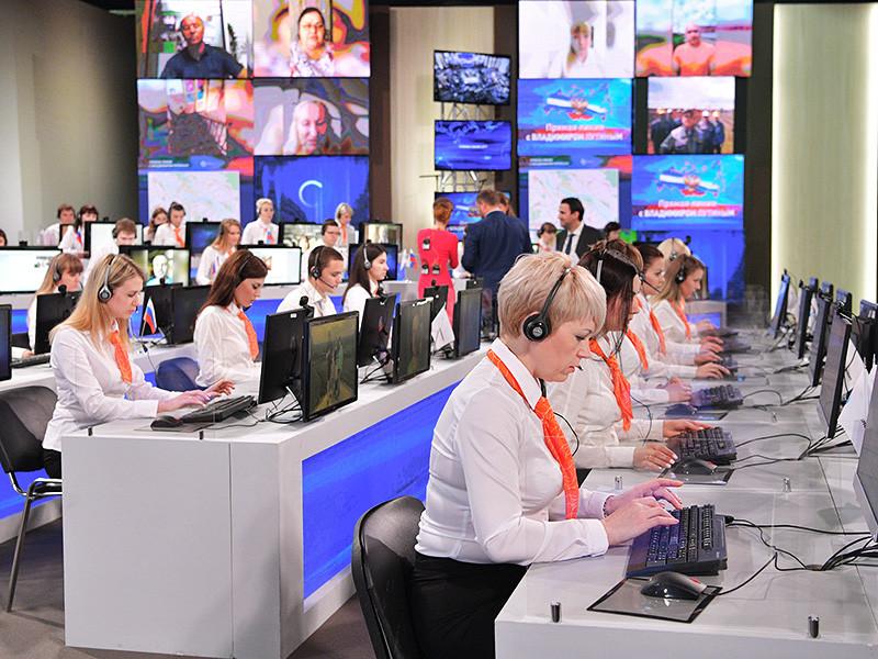 Президент РФ Владимир Путин в четверг, 15 июня, в 15-й раз проводит традиционную прямую линию. Трансляция началась в 12:00, ее ведут Татьяна Ремизова и Дмитрий Борисов