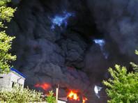Над городом из-за пожара поднялся столб дыма, застилающего небо