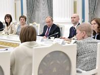 Президент РФ Владимир Путин в преддверии Всероссийского дня выпускника в Кремле встретился с классными руководителями российских школ, чьи ученики показали высокие результаты в ходе итоговой аттестации
