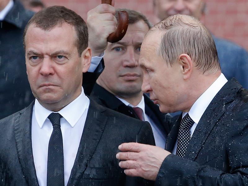 Руководство страны возложило венки к могиле неизвестного солдата. Недовольное лицо Медведева на церемонии сразу стало частью интернет-фольклора