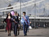 Российские выпускники прощаются со школой в духе luxury и патриотизма