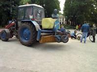 """По данным """"ОВД-Инфо"""", в Гатчине Ленинградской области активисты согласовали митинг на 8 человек с возможностью установить агитационный куб и использовать звукоусиливающую аппаратуру. Однако, прибыв на место, увидели, что ровно там, где они планировали установить куб, стоит трактор"""
