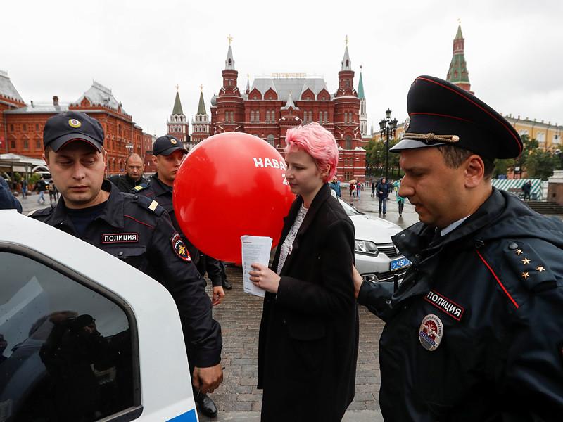 В различных районах Москвы в воскресенье вновь проходят задержания волонтеров с листовками в поддержку Алексея Навального. Накануне задержали более 80 человек