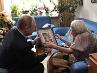 Путин преподнес Алексеевой букет цветов и подарил гравюру с изображением вида курортного города Евпатория в Крыму - ее малой родины