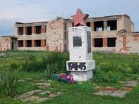 Заброшенный мемориал участникам Великой Отечественной войны в селе Нижнепетропавловское Красноармейского района Челябинской области используется в качестве пастбища для свиней