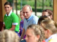"""Путин уже провел немало тематических встреч: 12 июня вручал паспорта школьникам, 21 июня встретился с классными руководителями и многих озадачил тем, что заявил о приоритете патриотизма над знаниями, 24 июня посетил молодежный лагерь """"Артек"""""""