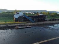 """Автобус Neoplan следовал по маршруту """"Самара - Ижевск"""". Водитель столкнулся с попутным грузовиком, от удара автобус опрокинулся и загорелся на проезжей части"""