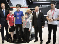 """Дети-изобретатели подарили Путину на выставке """"Иннопром"""" конструктор для внуков"""